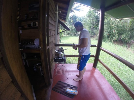 Daintree Rainforest Bungalows: Cooking breakfast on our balcony with portable stove