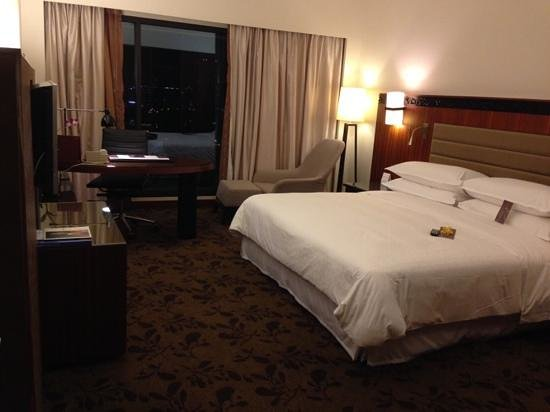 Royal Orchid Sheraton Hotel & Towers : king room