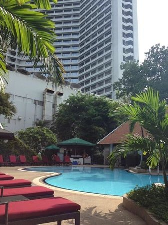 Royal Orchid Sheraton Hotel & Towers: garden pool