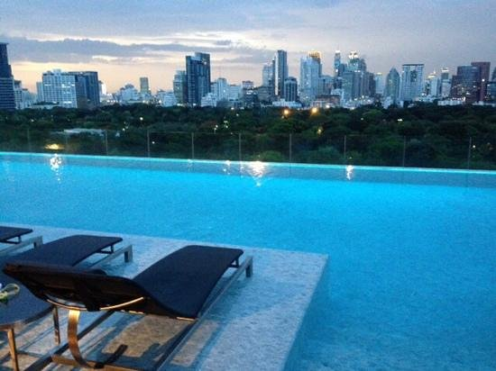 SO Sofitel Bangkok: pool at dusk