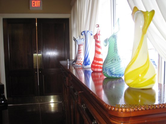 Rosa's Place Restaurant: drawer with vases in crystal of murano