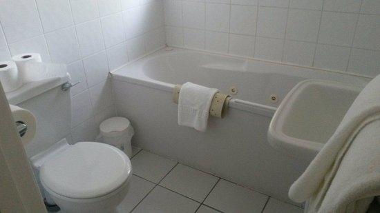 Melville Hall Hotel: Room 124 bathroom