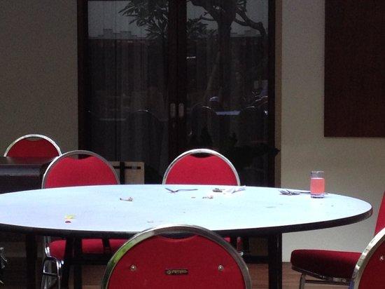 Sense Sunset Seminyak: Breakfast tables