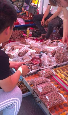 Panjiayuan Antique Market: Wholesale dealer in wallnuts - not for eating