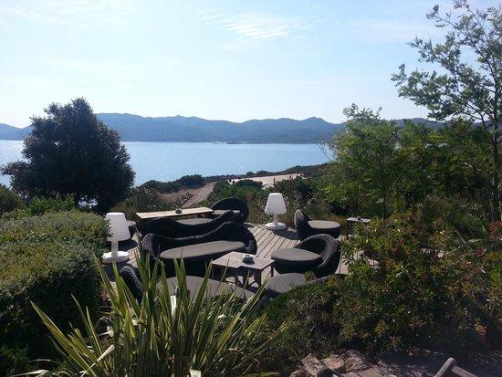 Hotel U Capu Biancu : salon en extérieur près de la piscine