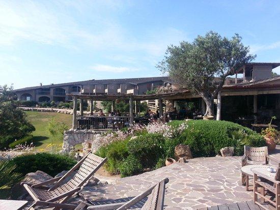 Hotel U Capu Biancu : le restaurant vu depuis la piscine