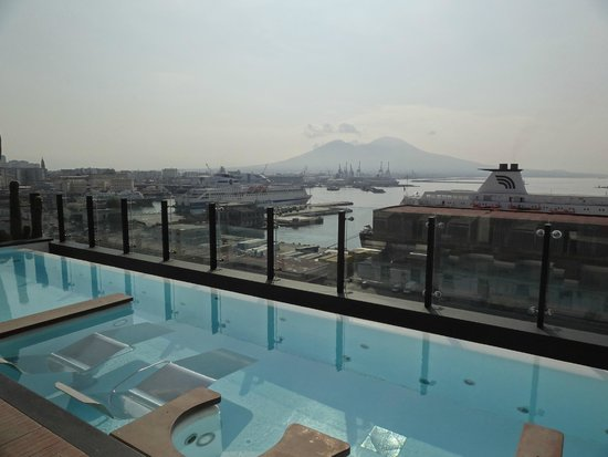 Romeo Hotel: vue de la piscine sur le port et le Vésuve
