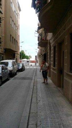 Be Happy Hostal: Улица, вход
