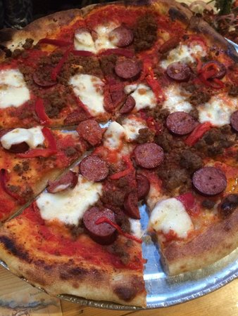 Prospectors Pizzeria & Alehouse: Good Elk and Reindeer sausage pizza at Prospectors in Denali, Alaska
