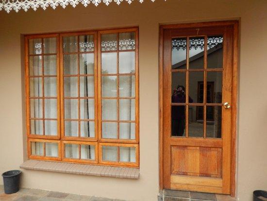 Aero Guest Lodge: Fensterfront Zimmer 7