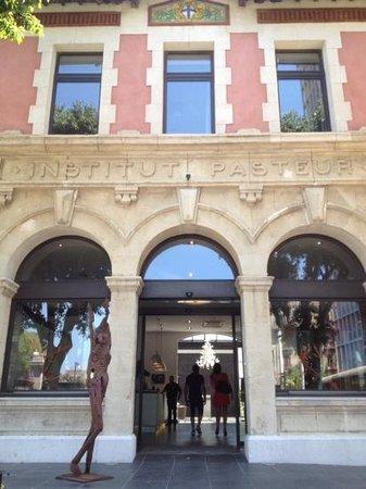 New Hotel Of Marseille : Entrada al hotel por el anterior frente perteneciente al Instituto Pasteur