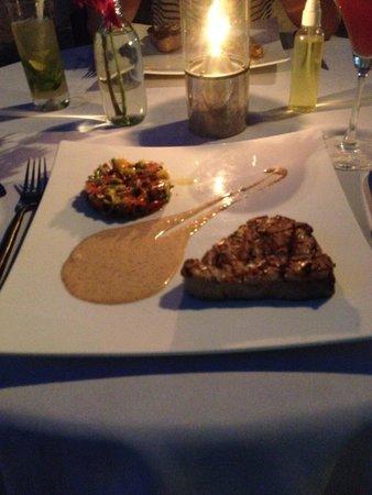 Taste Bar & Grill: gilled tuna