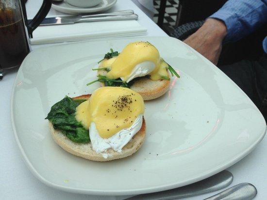 Albert's Restaurant & Bar: Eggs Bennedict