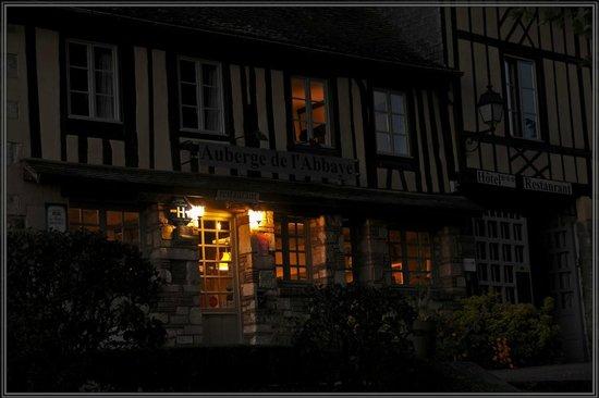 Auberge de L'Abbaye : façade de l'auberge le soir