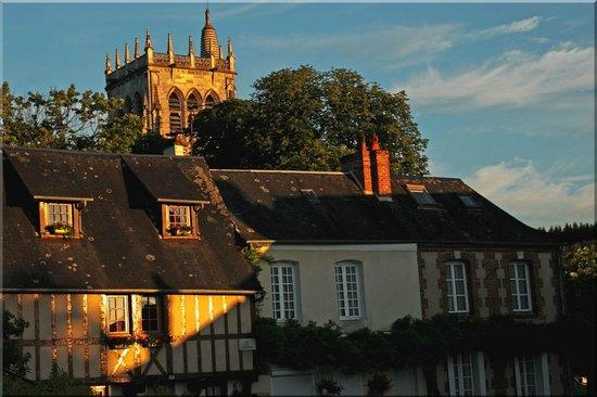 Auberge de L'Abbaye : vue le soir sur la tour de l'abbaye