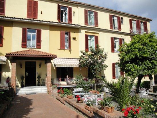 Hotel Delle Palme: Roadside Entrance