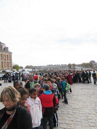 Château de Versailles : queue outside the gate