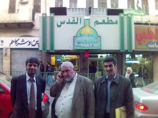 Al-Quds Restaurant : Entrance of the restaurant with Pakistani and Jordanian hosts