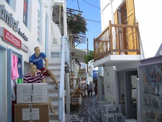 Mykonos Kosmoplaz: alley in mykonos town