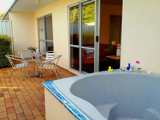 Ann's Volcanic Rotorua Motel and Serviced Apartments: spa pool for you!