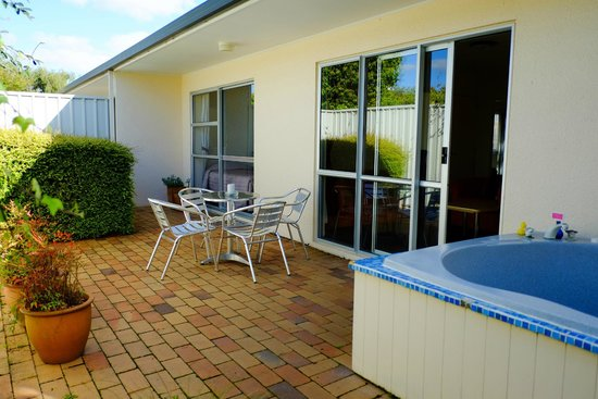 Ann's Volcanic Rotorua Motel and Serviced Apartments : private courtyard and private spa pool for you!