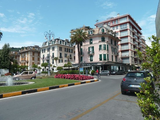 Hotel Riviera : L'hôtel vu de la promenade qui longe la mer.