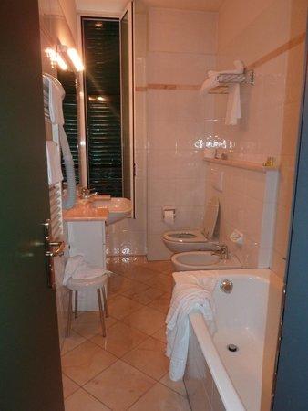 Hotel Riviera : Salle de bain avec baignoire et toilettes. Propre.
