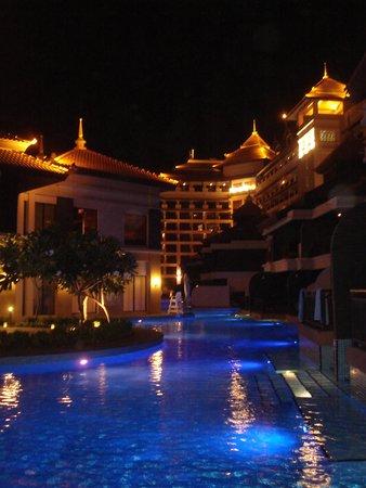 Anantara The Palm Dubai Resort: at night
