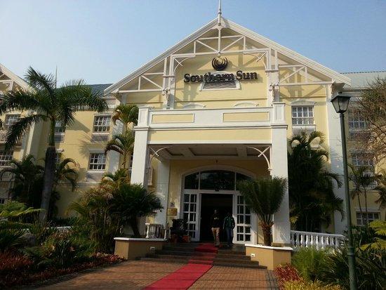 Southern Sun Emnotweni: Entrada do hotel