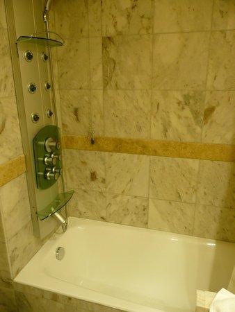 Dekelia Hotel: knappe Wanne - Dusche aber okay