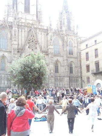 Catedral de Barcelona : Танцы под звуки духового оркестра
