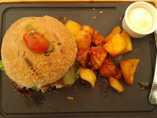 Petite Fleur: Homemade beefburger with potatoes