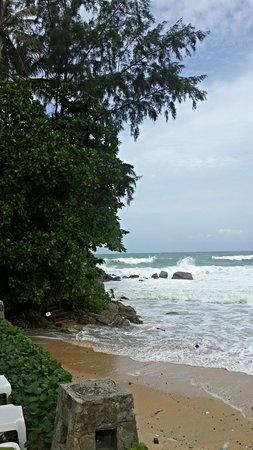 Beyond Resort Karon : Вид на море со стороны бассейна