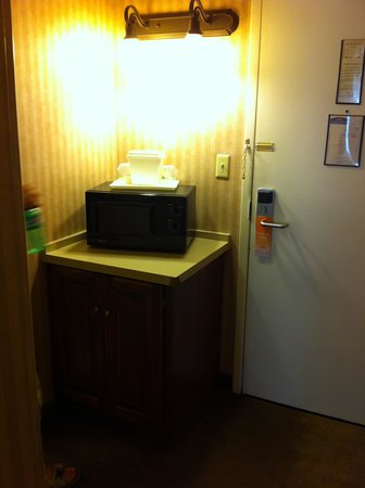 Howard Johnson Plaza Yakima/Near Convention Center: Microwave and Fridge