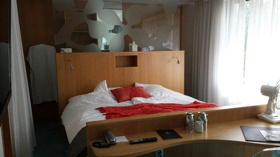 ProfilHotels Hotel Aveny: Vi sov som kunglighet i den här sängen. 180 cm bred njutning.  Rum: Svit