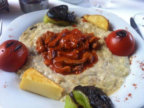 istanbul anatolia cafe and restaurant : Piatto tipico con agnello su salsa di melanzane affumicate... Ottimo, con incredibile qualità/pr