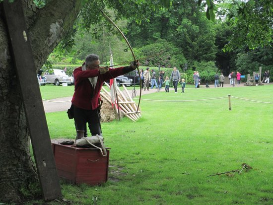Warwick Castle: Bow and Arro