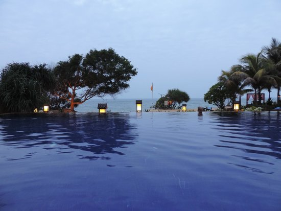 Tanjong Jara Resort: La piscina grande al atardecer