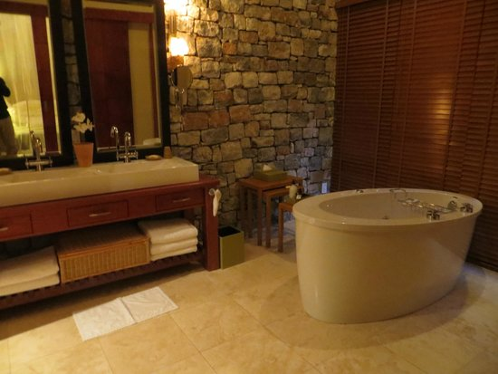 Morukuru Family Madikwe: Owner's house bathroom with jetted tub