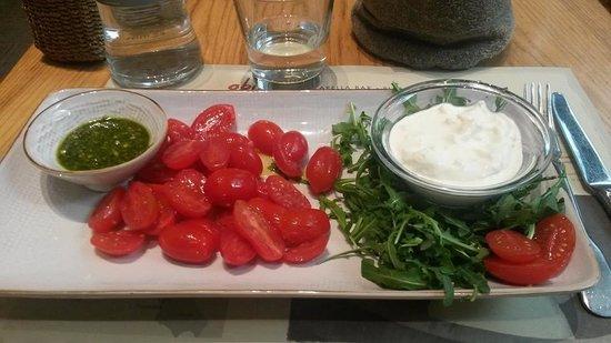 Obica Mozzarella Bar: Mozzarella di bufala in stracciatella con pomodorini e pesto