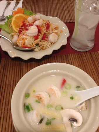 Thai Flame Restaurant : Shrimp tom kha, som tam and coconut water