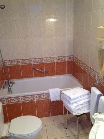 Le Grand Hotel de Valenciennes : bathroom 1