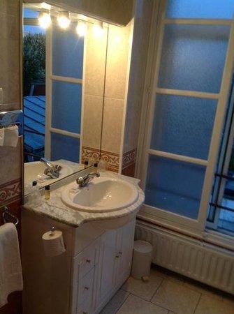 Le Grand Hotel de Valenciennes : bathroom 2