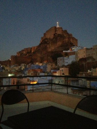 Hotel Haveli Jodhpur: view of the fort at night from rooftop