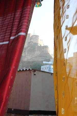 Hotel Haveli Jodhpur: View from fort from our doorway