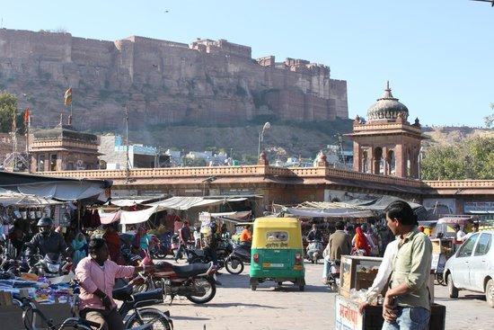 Hotel Haveli Jodhpur: Main Bazar view of fort