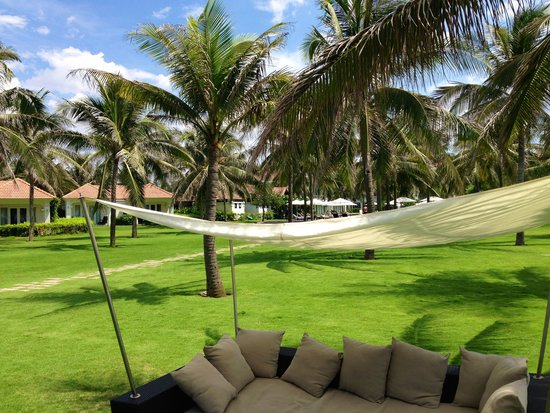 Boutique Hoi An Resort: Relax on the grass area