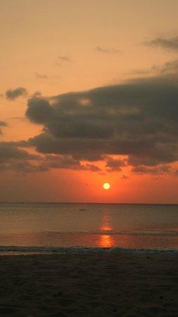 Belmond Jimbaran Puri : Sunset at the beach