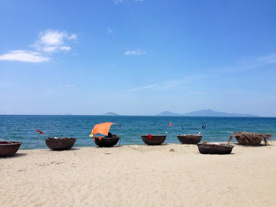 Boutique Hoi An Resort: Boats on the beach