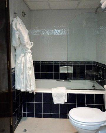 avari dubai hotel avari business class room en suite bathroom - En Suite Bathroom